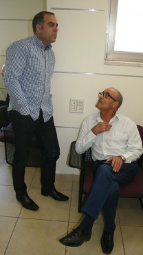 """יעקב כפיר, המשנה למנכ""""ל """"ידיעות אחרונות"""", ואבי בן-טל, מנכ""""ל ynet, בבית-הדין הארצי לעבודה, 26.11.13 (צילום: """"העין השביעית"""")"""