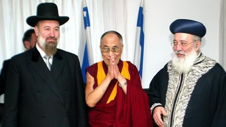 הרבנים מצגר ועמאר עם הדלאי-לאמה, המנהיג הרוחני של העם הטיבטי. ירושלים, 19.2.06 (צילום: אוליביה פיטוסי)