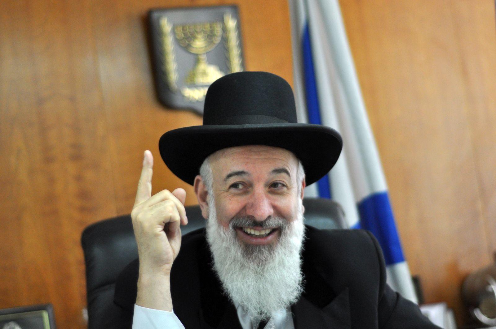 הרב יונה מצגר בלשכתו, 14.4.11 (צילום: יואב ארי דודקביץ')