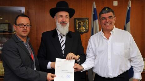 הרב מצגר עם מנהלי שופרסל. 14.4.11 (צילום: יואב ארי דודקביץ')