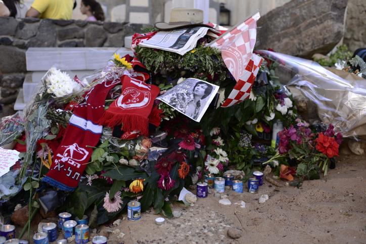 קברו של אריק איינשטיין בתל-אביב, יום לאחר הלווייתו (צילום: תומר נויברג)