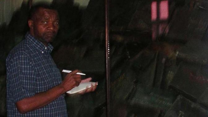 """ברני מתוֹמבּוֹתי, עורך ה""""סאנדיי טריביון"""" הדרום-אפריקאי, אושוויץ-בירקנאו, 2004 (צילום: חנוך מרמרי)"""