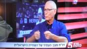 משה גרטל באולפן בהרצליה בשעה 17:00, מקדם את השידור שלו עצמו כשעה וחצי מאוחר יותר מהאולפן הסמוך, 14.12.13 (צילום מסך)