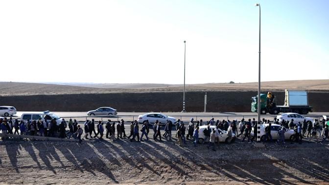 """נמלטים מבית הסוהר הפתוח למהגרים """"חולות"""" שבנגב צועדים אל הכנסת, 16.12.13 (צילום: תומר נויברג)"""