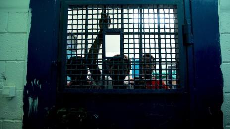 ילדים מאריתריאה בבית-הסוהר גבעון, 13.9.10 (צילום: משה שי)