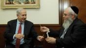 """ראש ממשלת ישראל, בנימין נתניהו, מעניק דגימה מרוקו למתנדב של ארגון עזר-מציון. 28.5.12 (צילום: עמוס בן-גרשום, לע""""מ)"""
