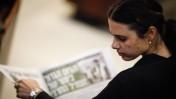 """איילת שקד מעיינת בגיליון של """"ידיעות אחרונות"""". הכנסת, 31.7.2013 (צילום: פלאש 90)"""