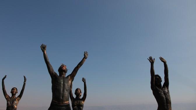 מתרגלים טאי-צ'י לחופי ים-המלח, 16.11.13 (צילום: מיטל כהן)