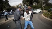 שוטרים עוצרים מפגין, מול הכנסת בירושלים. 3.12.13 (צילום: יונתן זינדל)