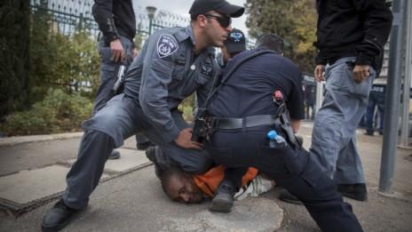 שוטרים עוצרים מפגין מול הכנסת בירושלים. 3.12.13 (צילום: יונתן זינדל)