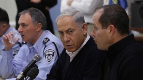 ראש הממשלה בנימין נתניהו בחדר המצב של עיריית ירושלים. 14.12.13 (צילום: אוהד צויגנברג)