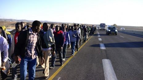 נמלטים מבית-הסוהר הפתוח למהגרים חולות שבנגב צועדים אל הכנסת, 16.12.13 (צילום: תומר נויברג)