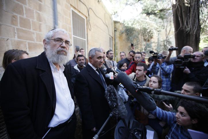 הרב מוטי אלון מגיע לבית-המשפט המחוזי בירושלים לשמיעת גזר דינו, אתמול. 18.12.13 (צילום: פלאש 90)