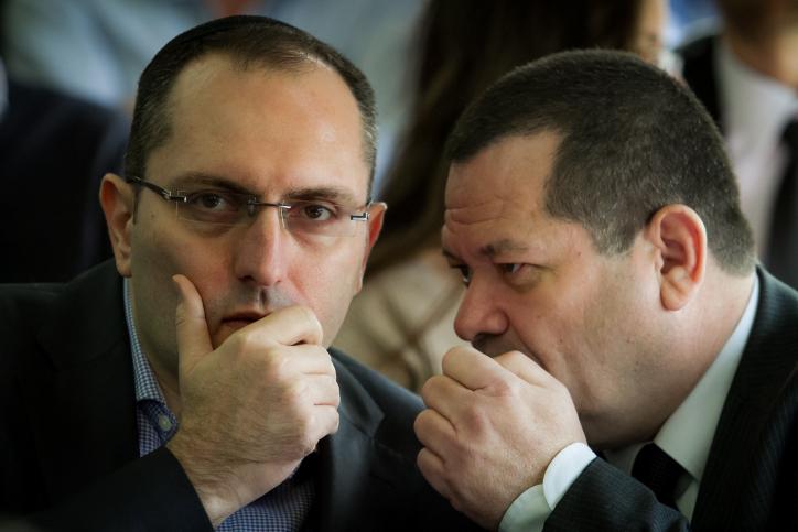 איש העסקים מוטי בן-משה (משמאל) בבית-המשפט המחוזי בתל-אביב, 17.12.13 (צילום: אריק סולטן)