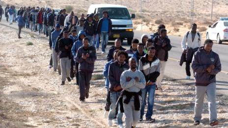 מבקשי מקלט צועדים בנגב, 19.12.13 (צילום: פלאש 90)
