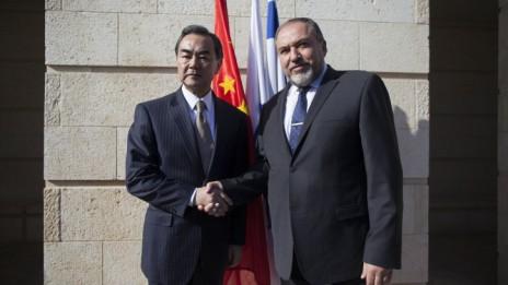 שר החוץ אביגדור ליברמן לוחץ את ידו של שר החוץ הסיני, ואנג יי, 19.12.13 (צילום: יונתן זינדל)