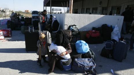 עזתים ממתינים במעבר רפיח, לפני כניסה למצרים. 24.12.13 (צילום: עבד רחים ח'טיב)