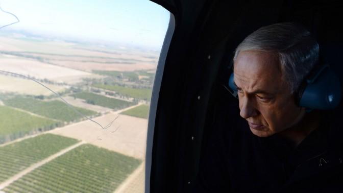 """ראש הממשלה בנימין נתניהו, בדרכו לביקור בדרום. 24.12.13 (צילום: קובי גדעון, לע""""מ)"""