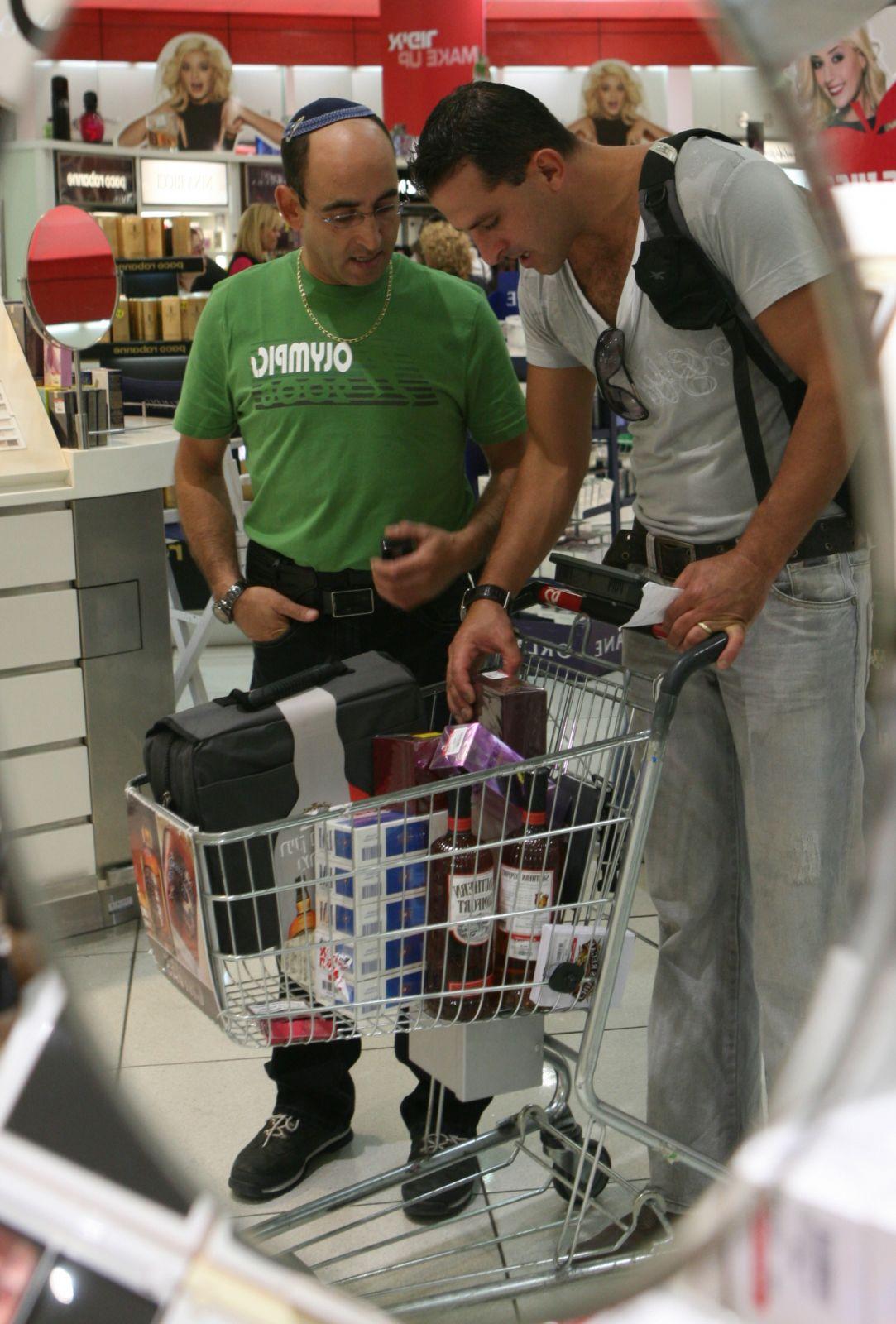 ישראלים רוכשים סיגריות מתוצרת פיליפ-מוריס בחנות הדיוטי-פרי בנמל התעופה בן-גוריון, 14.9.08 (צילום: יוסי זמיר)