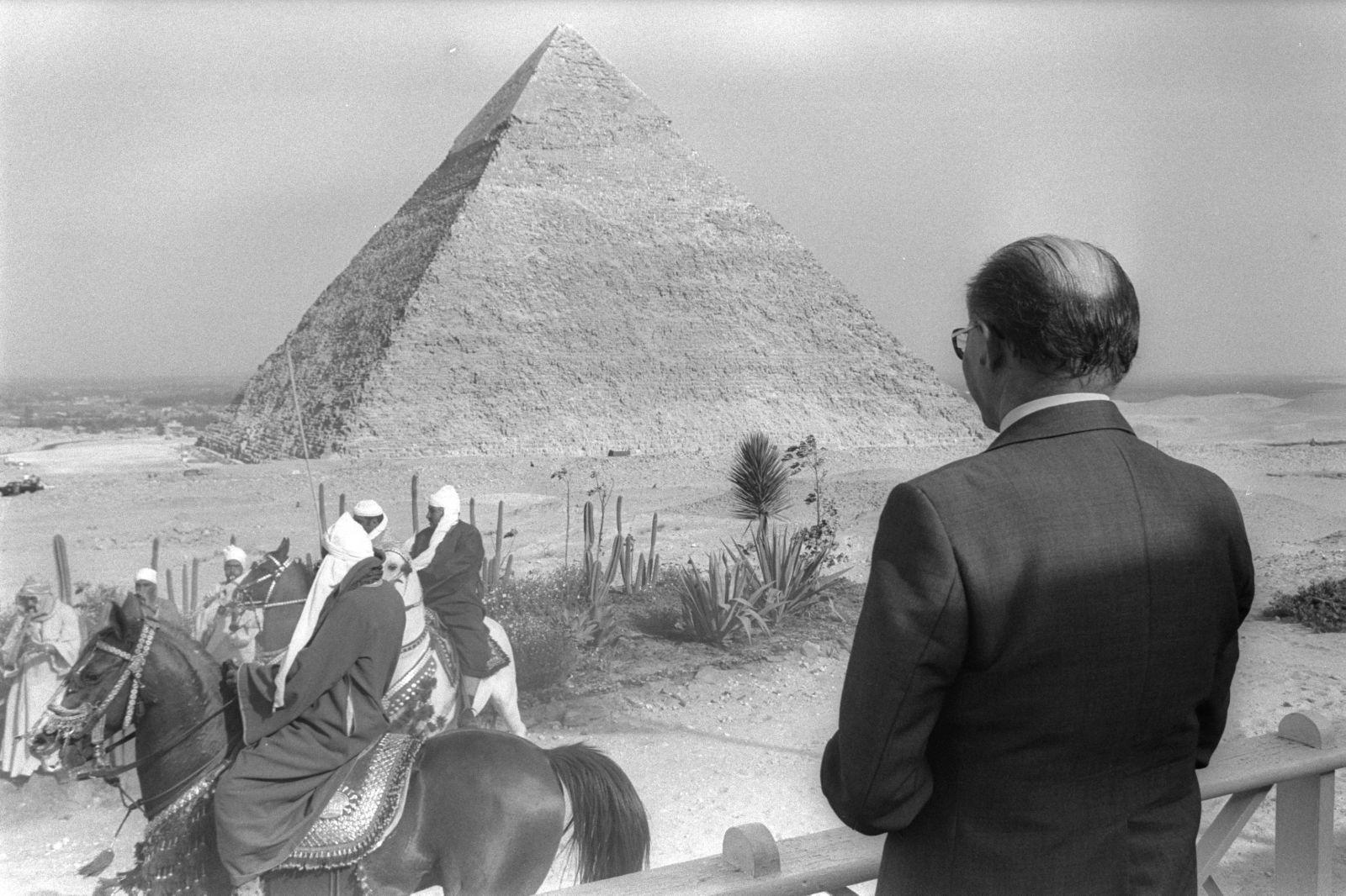 """בגין משקיף על פירמידה, גיזה, 2.4.79 (צילום: משה מילנר, לע""""מ)"""