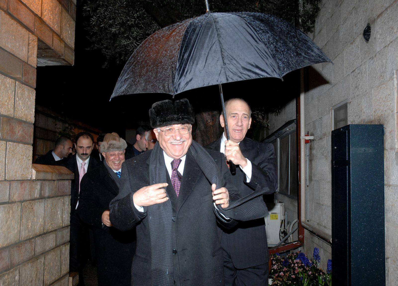 """ראש הממשלה אולמרט, יו""""ר הרשות הפלסטינית מחמוד עבאס וצוות המשא-ומתן בגשם. ירושלים, 19.2.08 (צילום: משה מילנר, לע""""מ)"""