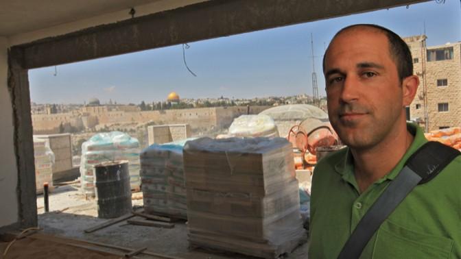 פעיל הימין אריה קינג באתר הבנייה בראס אל-עמוד במזרח ירושלים, 28.9.2009 (צילום: נתי שוחט)