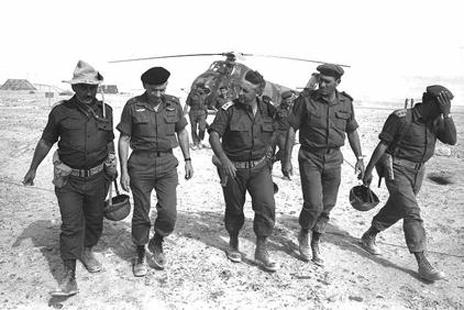 """האלופים חיים בר-לב, אריאל שרון (במרכז) וישעיהו גביש בביקור בנגב, 1.6.1967 (צילום: דוד רובינגר, לע""""מ)"""
