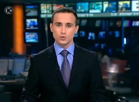 מגיש חדשות ערוץ 10 אסף צ'רנילס מקריא את נוסח ההתנצלות בפני שלדון אדלסון, 9.9.11