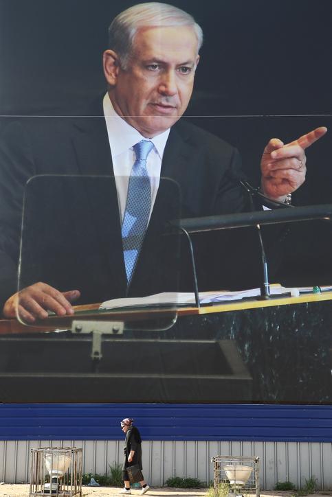 קמפיין בחירות מציג את נתניהו הנואם בעצרת האומות-המאוחדות, שלט חוצות, בני-ברק, 17.1.13 (צילום: יעקב נחומי)
