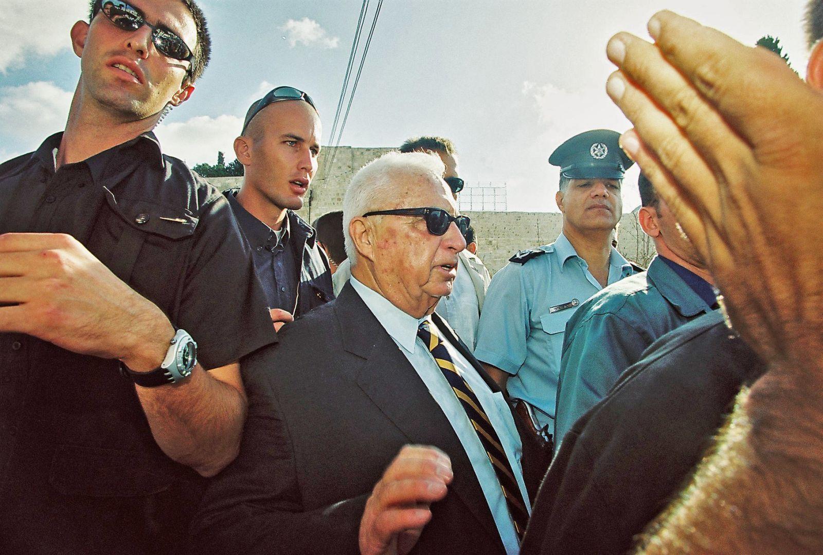 """יו""""ר האופוזיציה אריאל שרון מבקר בהר-הבית בירושלים, 28.9.2000 (צילום: פלאש 90)"""