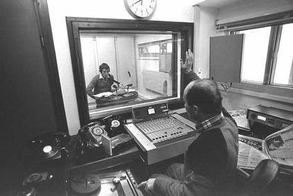 """אלכס אנסקי מגיש את תוכנית הבוקר באולפן גלי-צה""""ל בבית-אגרון בירושלים, 1.2.85 (צילום: יעקב סער, לע""""מ)"""