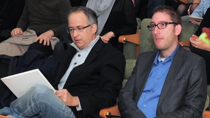 """מייסד """"דה מרקר"""" גיא רולניק (משמאל) ועיתונאי """"כלכליסט"""" שאול אמסטרדמסקי בטקס הענקת פרס סוקולוב, 29.12.13 (צילום: כפיר סיוון)"""