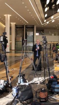 צלמים ועיתונאים מתמקמים בבית-החולים תל-השומר עם היוודע ההחמרה במצבו של ראש הממשלה לשעבר אריאל שרון, השרוי בתרדמת בשמונה השנים האחרונות, 2.1.14 (צילום: גדעון מרקוביץ)