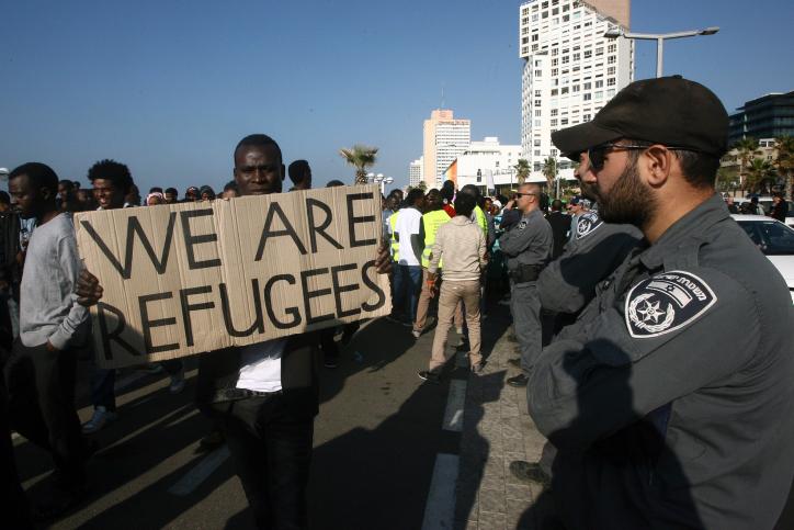 """מהגרים אפריקאים מפגינים נגד מדיניות הממשלה מול שגרירות ארה""""ב בתל-אביב, 6.1.14 (צילום: רוני שיצר)"""