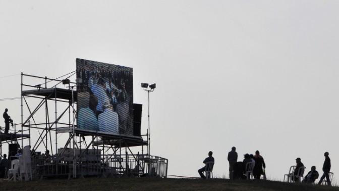 ארונו של אריאל שרון מובא לקבורה בחוות שקמים שבנגב, 13.1.14 (צילום: מרים אלסטר)