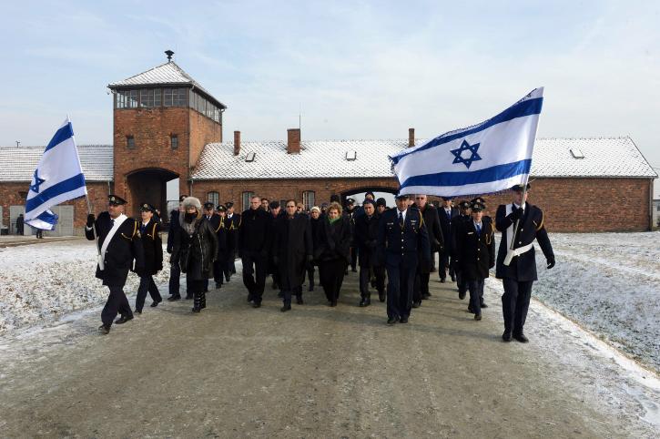 """חברים בכנסת ישראל צועדים במוזיאון מחנה המוות אושוויץ בפולין, 27.1.14 (צילום: חיים צח, לע""""מ)"""