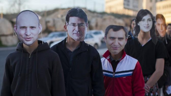 פעילי ימין מול הכנסת, 29.1.14 (צילום: יונתן זינדל)