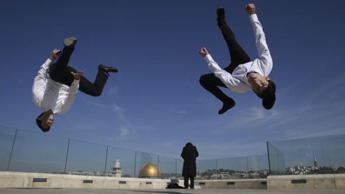 האחים חייט מבצעים תרגילי קפוארה על גג בעיר העתיקה בירושלים (צילום: נתי שוחט)