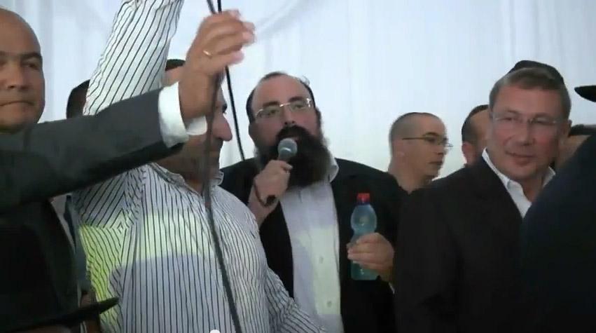 העיתונאי והעסקן החרדי יוסי אליטוב (במרכז), באירוע בר-מצווה של בנו הבכור של יאשיהו פינטו. מימין: איש העסקים נוחי דנקנר, 9.5.13 (צילום מסך)