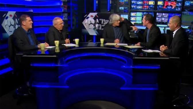 """בוני גינצבורג (שני מימין) בשיאו של הוויכוח עם מאיר איינשטיין, """"שבת ביציע"""", ערוץ הספורט, 28.12.13 (צילום מסך)"""