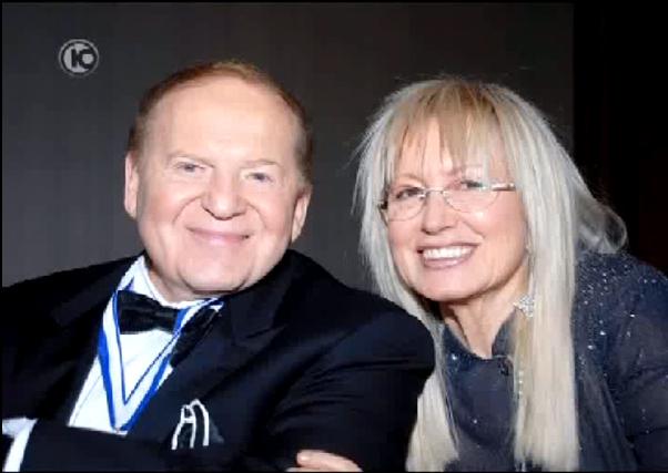 תמונתם של בני הזוג שלדון ומרים אדלסון, כפי שהוקרנה במהלך הקרנת ההתנצלות בפניהם במהדורת חדשות ערוץ 10, 9.9.11 (צילום מסך)