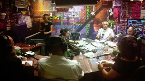 """תוכנית הרדיו """"בואו נדבר על זה"""", שני מימין: מנהל קול-ישראל מיקי מירו, 22.5.13 (צילום: בית-הספר לתקשורת, אוניברסיטת אריאל)"""