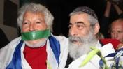 """הזמר אריאל זילבר (מימין) בטקס קבלת פרס מאקו""""ם, בלוויית מפגינים נגד החלטת הארגון לשנות את כותרת הפרס בשל עמדותיו של זילבר, 3.2.14 (צילום: גדעון מרקוביץ')"""