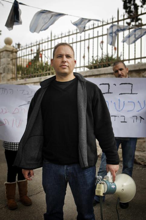 """יו""""ר ועד העובדים של החדשות המקומיות חיים הר-זהב בהפגנת העובדים מול מעון ראש הממשלה בירושלים, 4.12.12 (צילום: מרים אלסטר)"""