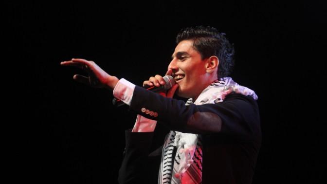 """מחמד עסאף, הזוכה בתוכנית הריאליטי בערבית """"עראב איידול"""", בהופעה ברמאללה, 1.6.13 (צילום: עיסאם רימאווי)"""