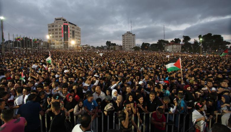 קהל מתאסף להופעתו של מחמד עסאף ברמאללה, 1.6.13 (צילום: עיסאם רימאווי)