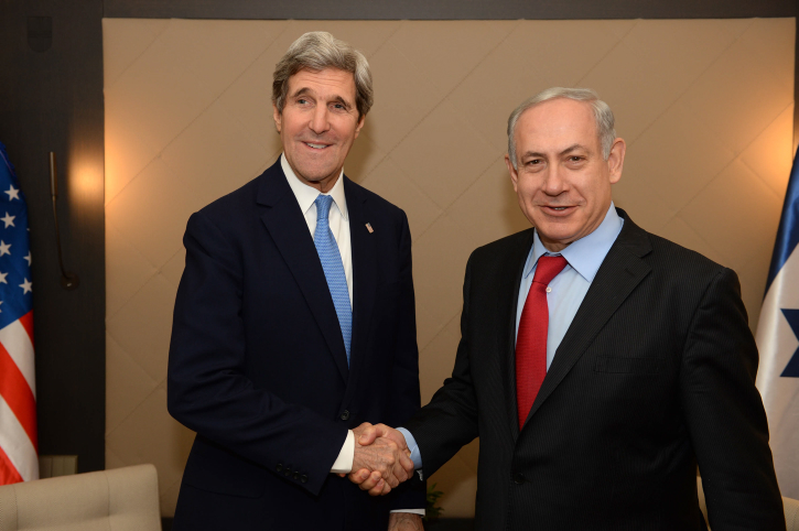 """מזכיר המדינה האמריקאי ג'ון קרי וראש הממשלה בנימין נתניהו, דאבוס, 24.1.14 (צילום: קובי גדעון, לע""""מ)"""