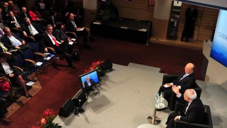 שר החוץ האיראני מוחמד זריף מרצה מעל הבמה בוועידת מינכן, כשבקהל יושב שר הביטחון הישראלי משה יעלון, 2.2.14 (צילום: אריאל חרמוני, משרד הביטחון)