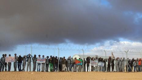 מבקשי מקלט מפגינים במתקן חולות, פברואר 2014 (צילום: פלאש 90)