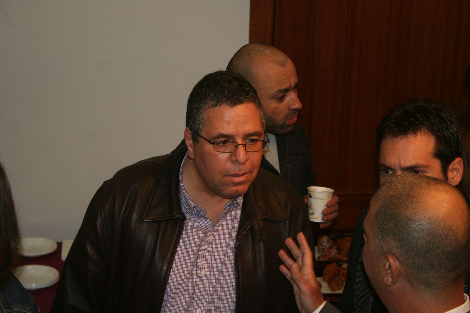 """אלי ציפורי (במרכז), ב-2014, לפני שהפך לעיתונאי האהוד ביותר על ראש הממשלה נתניהו (צילום: """"העין השביעית"""")"""